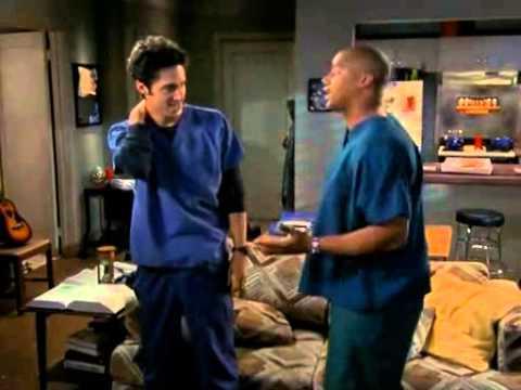 Scrubs-JD e Turk provano a ballare con i vestiti da
