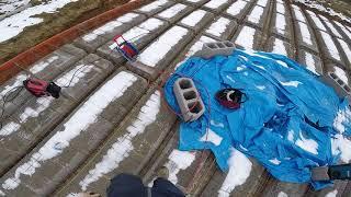 Ostatnie szlify przed zalewaniem terivy. Prostujemy szalunki, maty zgrzewane. Jak wybudować dom?