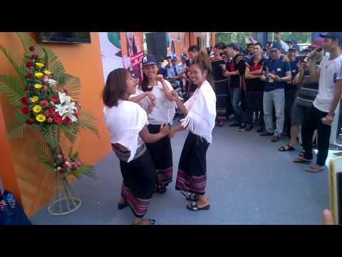 Các cô gái dân tộc Chu Ru (Lâm Đồng) quẩy rất sung