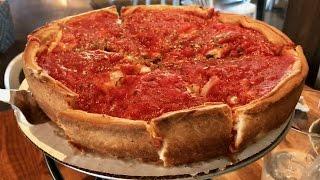 ランチタイムにシカゴスタイルのディープディッシュピザを食べに行って...