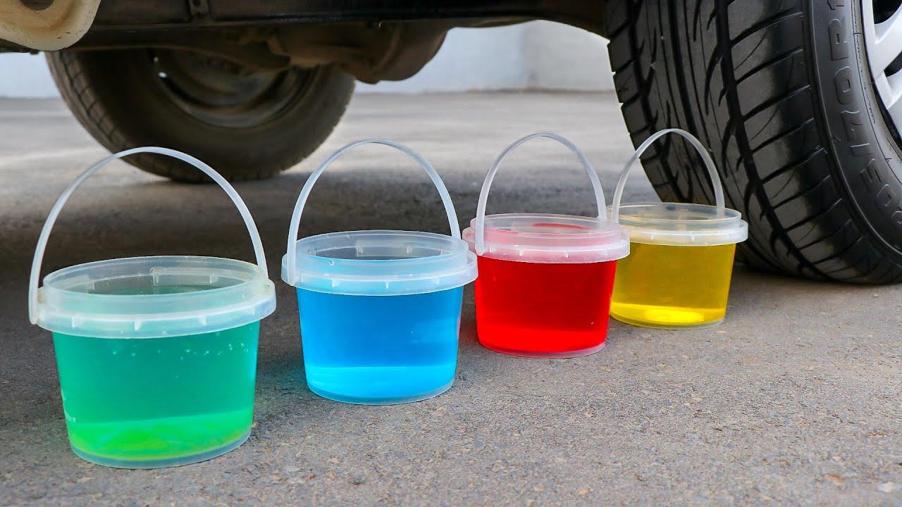 Aplastando Cosas Crujientes con el Coche   Experimento: Agua de Colores VS Rueda de Coche