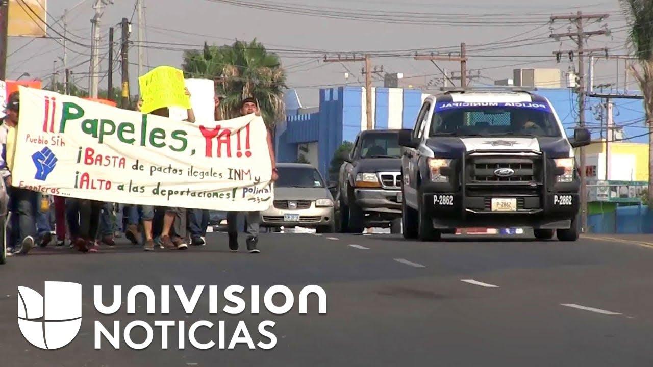 Miembros de la caravana de migrantes protestan por presunta persecución policial en México