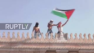 East Jerusalem: Israeli security forces clash with Palestinian protesters at al-Aqsa
