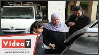 بالفيديو.. سيدة مسلمة تبكى أمام جثمان إيزيس فارس..