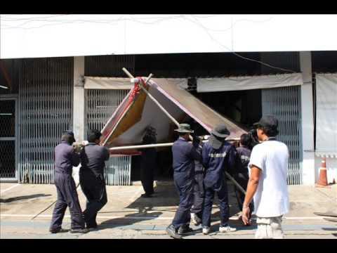 เปลี่ยนหลังคาเรือพระที่นั่งสุพรรณหงส์ (Removing a roof  from the Suphannahongsa Royal barge)