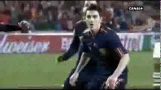 Aquí esta nuestra selección española. cali y el dandee sube la mano y grita gol