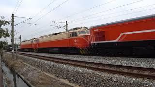 3192次區間車與7201次貨物列車通過大林鎮中興路地下道