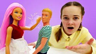 Мультики для девочек. Барби красит волосы. Играем с Барби