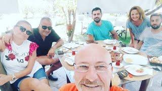 Erkan Meriç arkadaşlarıyla yemek yerken. İzmir paylaşımı..