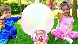 Gambar cover Pijamaskeliler Türkçe konuşup dev top Super Wubble Bubble Ball Azra ve Selim oyun parkında Dondurma