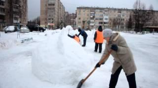 Коммунальщики строят снежные городки во дворах Нефтекамска