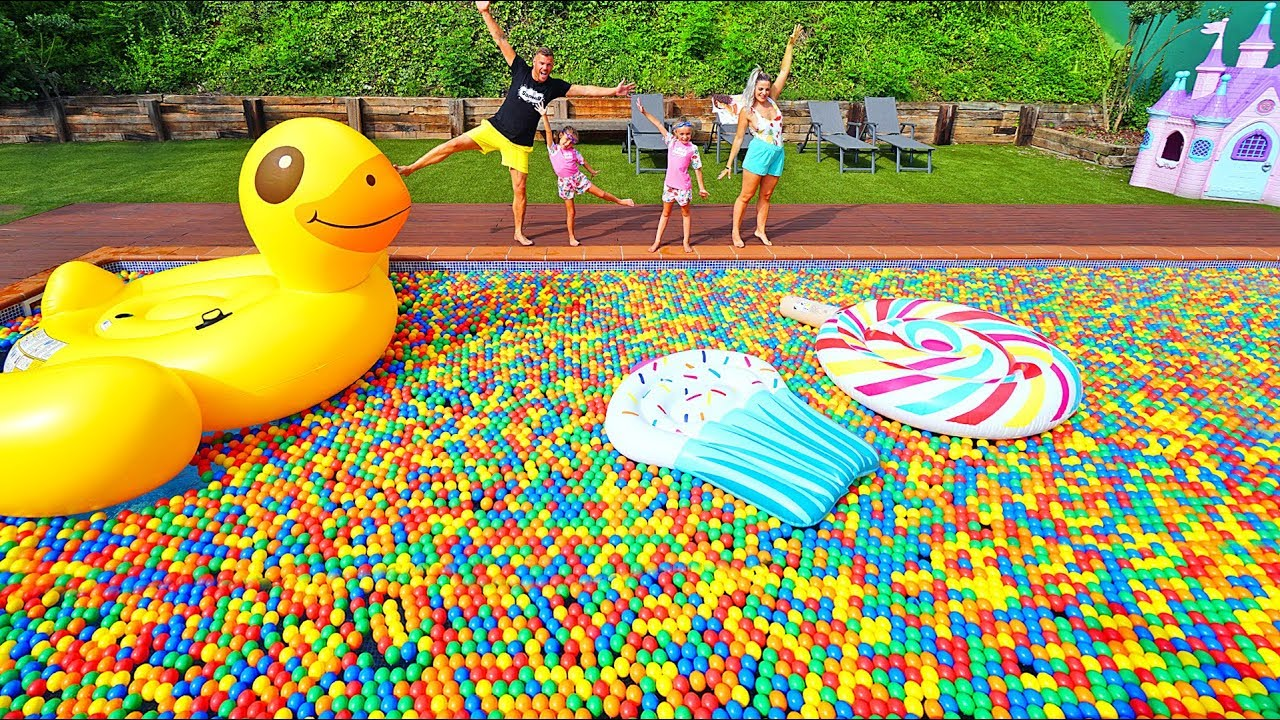 piscina de flotadores gigantes y bolas de colores