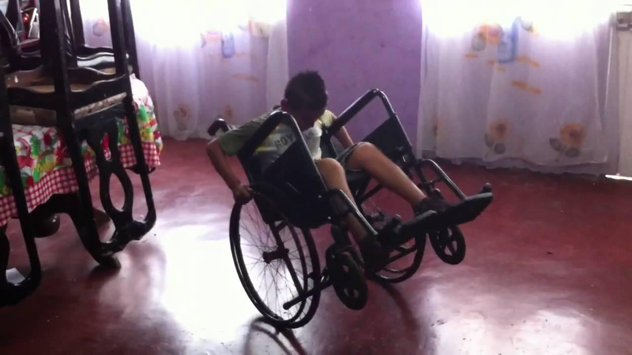 Gracioso ni o cae de su silla de ruedas youtube - Silla de ruedas ninos ...