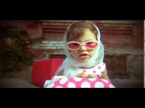 девочка с чемоданом поет