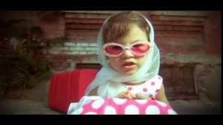 Маленькая девочка с чемоданом