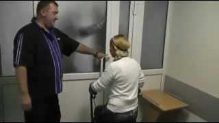 Юлия Тимошенко буянит в больнице(На видео видно, как экс-чиновница бьет кулаками в двери, дергает за ручку. Затем в ход пошел портативный..., 2012-09-29T22:31:16.000Z)