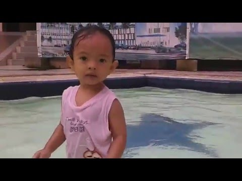 balita berenang lucu