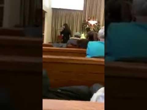 Canta al funerale del marito la canzone che li ha fatti innamorare! Emozionante!