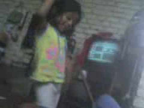 SANDY bailando en el cuarto