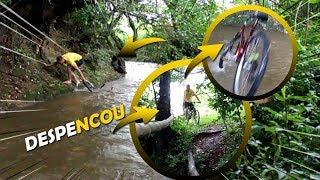 FOMOS NA VIZINHA E A BICICLETA CAIU NO RIO
