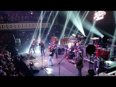 Dave Grohl sings 'Enter Sandman' with Zac Brown Band