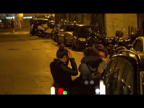 Poliziotti uccisi a Trieste, l'abbraccio degli amici alla fidanzata dell'agente fuori dalla Questura