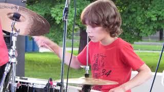 Мальчик круто играет на барабанах!