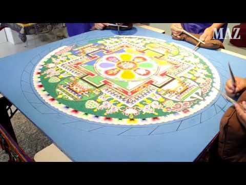 Tibetische Mönche fertigen traditionelles Mandala