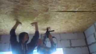 Монтаж OSB (ОСП) на потолок(Листы ОСП вариант крутить только вдвоем ;) Один держит, один крутит. Не забываем за стыкование листов на..., 2014-10-20T06:10:07.000Z)