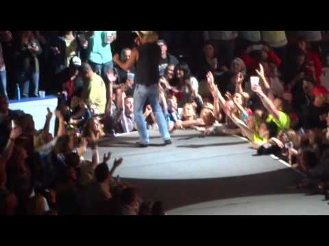 KENNEY CHESNEY - Entrance and