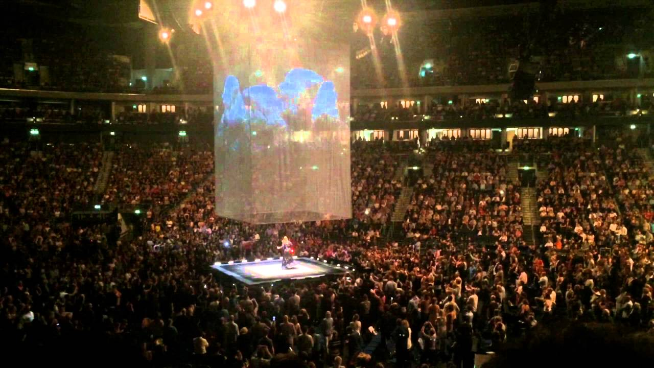 Adele live at mercedes benz arena berlin for Mercedes benz stadium concerts