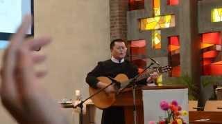 """Lm. Micae Nguyễn Trường Luân hướng dẫn cộng đoàn hát bài """"Tình yêu tuyệt vời"""""""
