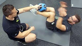 Trening na wytrzymałość brzucha z piłką lekarską | Patenty Działają