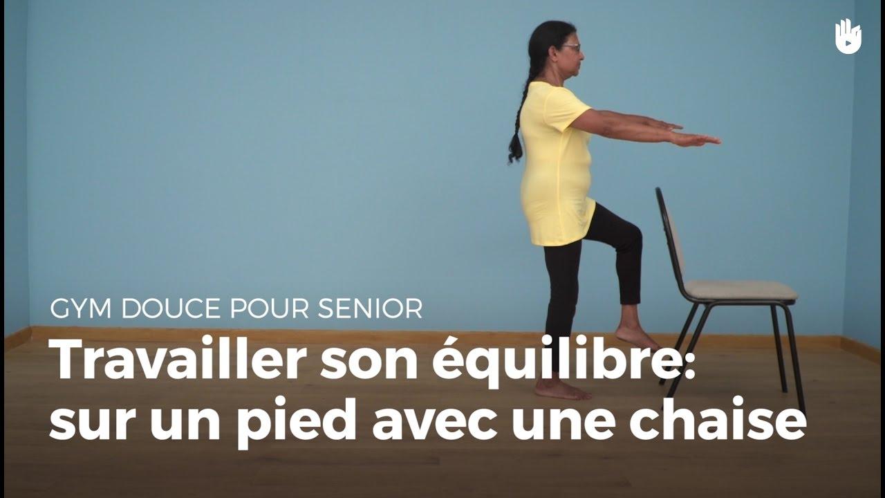 Exercice d 39 quilibre sur un pied avec une chaise gym for Chaise un pied