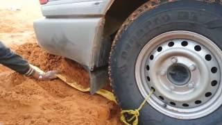 Kuma Batan Bir Arabayı Bakın Nasıl Çıkarıyorlar
