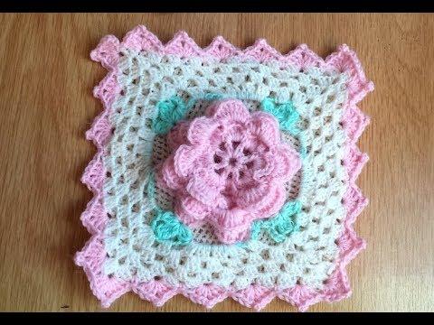 Granny square con rosa alluncinetto. mattonella per coperte