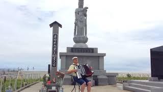 仙台市荒浜海岸にある観音様の前でアコーディオンを演奏しました。 震災...