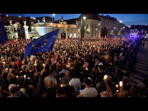 """La Commission européenne demande à la Pologne de """"suspendre"""" ses réformes judiciaires"""