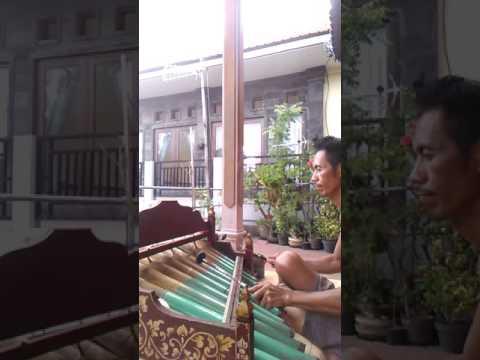 Lovely Balinese music...