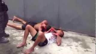 Bandidos são linchados no centro de nova Iguaçu.