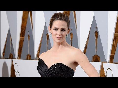 Jennifer Garner Stuns, Looks Insanely Fit on Oscars 2016 Red Carpet