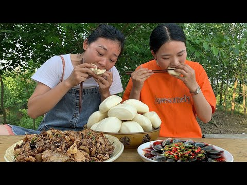 Sister Qiu cooks today to prepare preserved eggs, served with pickled meat and steamed buns