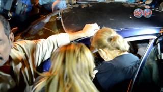 كريمة مختار تقدم واجب العزاء في حسن مصطفي من سيارتها بسبب الازدحام الشديد عليها
