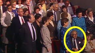 В зале сидел неприметный мужчина, но когда люди узнали кто он на самом деле, сразу же встали на ноги