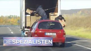 Mann steigt während der Fahrt auf die Motorhaube | Auf Streife - Die Spezialisten | SAT.1 TV
