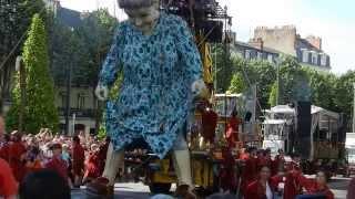 Royal De Luxe à Nantes : la grand mère s'arrête faire pipi