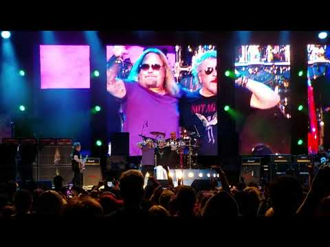 Doug & Scarpetti - VINCE NEIL Joins SAMMY HAGAR On Stage (Video)