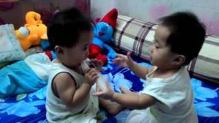 Hai bé sinh đôi giành đồ chơi kute