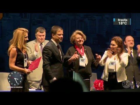 Pela primeira vez, maior homenagem da OAB é feita a uma mulher | SBT Notícias (01/12/17)
