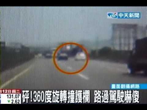 险!超车狂飙140KM 轿车失控打滑撞护栏